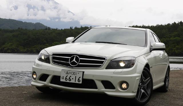 <b>Mercedes-Benz C63AMG|メルセデス・ベンツC63AMG</b><br>前235/40R18、後255/35R18のワイドタイヤと、18インチAMG 5スポークアルミホイールを装着。