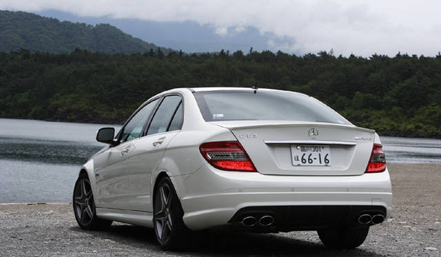 <b>Mercedes-Benz C63AMG|メルセデス・ベンツC63AMG</b><br>AMGデュアルツインクロームエグゾーストエンドが顔をのぞかせる。