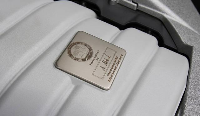 <b>Mercedes-Benz C63AMG|メルセデス・ベンツC63AMG</b><br>このエンジンを組み上げたマイスターのサイン入りプレートは、AMGモデルの証。
