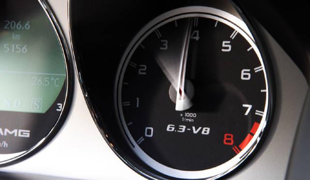 <b>Mercedes-Benz C63AMG|メルセデス・ベンツC63AMG</b><br>レッドゾーンは7000rpmを超えてから刻まれる。高回転型であることがうかがえる。