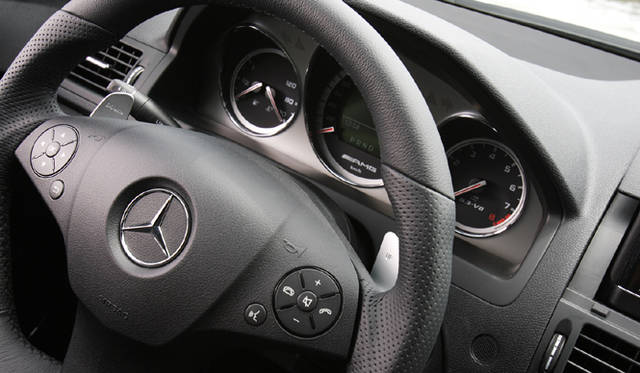 <b>Mercedes-Benz C63AMG|メルセデス・ベンツC63AMG</b><br>ステアリングホイールの左右の裏に備わるシルバーアルミニウムのパドル。AMG専用開発の7段ATを意のままに操ることができる。