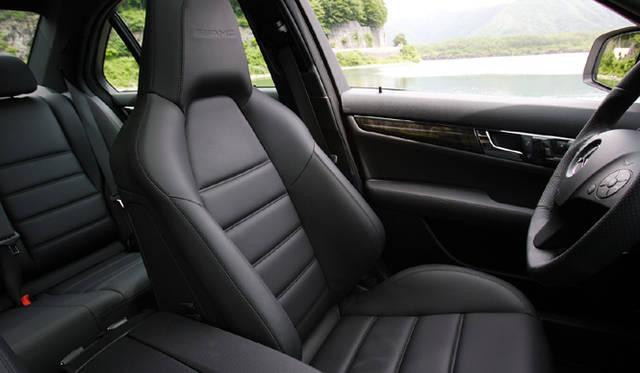 <b>Mercedes-Benz C63AMG|メルセデス・ベンツC63AMG</b><br>セミバケットタイプのスポーツシートが、コーナリング時にもしっかりカラダを支えてくれる。