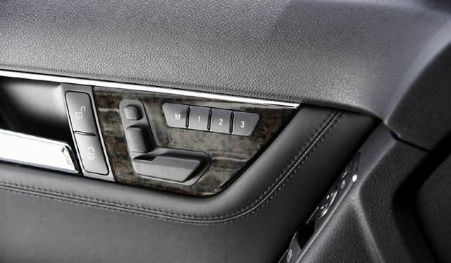 <b>Mercedes-Benz C63AMG|メルセデス・ベンツC63AMG</b><br>前席電動シートの調節は、ドアに備わるシートを模したスイッチで行う。