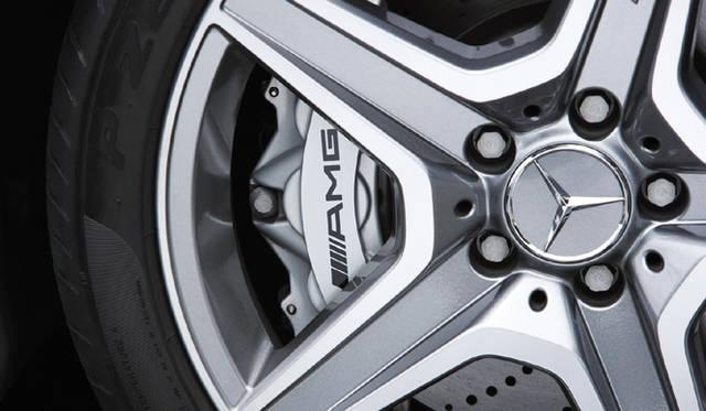 <b>Mercedes-Benz C63AMG|メルセデス・ベンツC63AMG</b><br>ハイパワーに応えるAMG強化ブレーキシステム。フロントに360mm径のドリルドベンチレーテッドディスクと6ピストンキャリパーを、リアに330mm径のドリルドベンチレーテッドディスクと4ピストンキャリパーを装着。