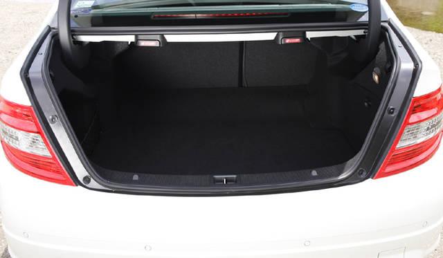 <b>Mercedes-Benz C63AMG|メルセデス・ベンツC63AMG</b><br>分割可倒式の後席により、トランク容量を拡大。使い勝手のよさはセダンならでは。