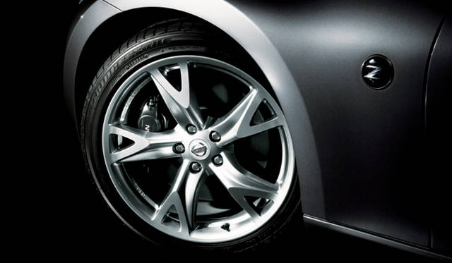 <b>NISSAN FAIRLADY Z|日産フェアレディZ</b><br>Version S、同ST用のレイズ製アルミ鍛造19インチホイール。タイヤサイズは前245/40R19、後275/35R19となる。