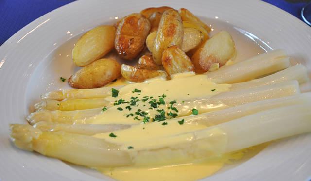 バーゼルワールドの時期は、ホワイトアスパラガスの季節。会場内のレストランのメニューにもたくさん登場する。