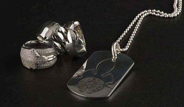 <b>CHROME HEARTS|クロムハーツ</b> 「CHROME HEARTS(クロムハーツ)」 「RING FLEURKNEE SINGLE」リング8万6100円、「RING FLEURKNEE DOUBLE」リング8万6100円、「RING FLEURKNEE SINGLE PAVE DIAMONDS」リング262万5000円~、「DOG TAG FLEURKNEE」ネックレス3万7800円。話題の新作のフレアーニーシリーズ。もともと、レザーパンツの膝やレザーウェアの背中に使われていたモチーフが新たにシルバーとなって登場!