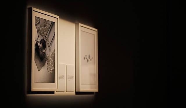 パーティ会場にはフォーエバーマーク ダイヤモンドが巡る旅を紹介する写真も数々展示。ダイヤモンドをさまざまな角度から知ることのできる趣向が凝らされた。
