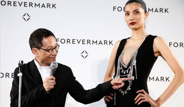 香港のデザイナー、アラン チャン。モデルが身に着けたジュエリーを見せながら説明してくれた。