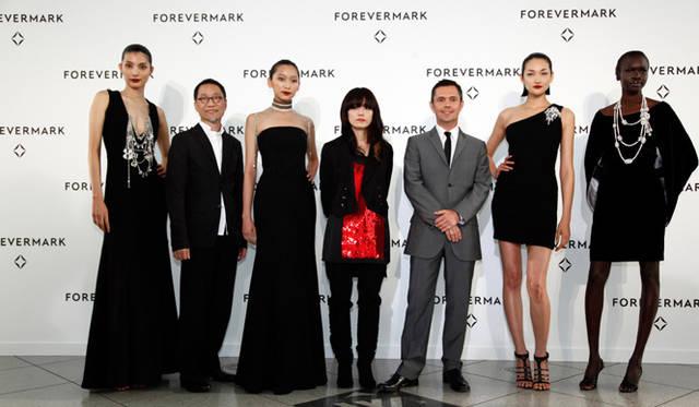 記者会見にはデザイナーらとモデルが登場。右から、アレック ウェック、冨永 愛、ショーン リーン、山本里美、杏、アラン チャン。