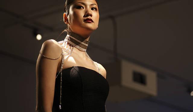 山本里美作の「Ambivalence」を身に着けたモデル。