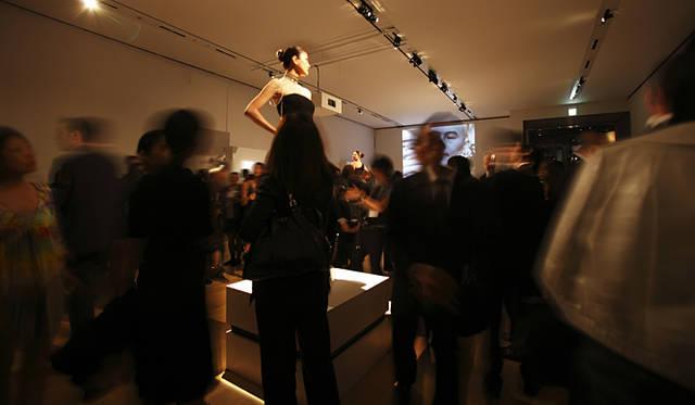 会場には作品を身に着けたモデルが登場。彫刻のように作品を「展示」するという演出も話題に。