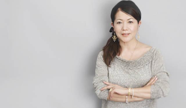 押田比呂美さん。身に着けているのは、フォーエバーマーク ダイヤモンドが施されたイエローゴールドのジュエリー。リング 210万円、イヤリング 189万円。
