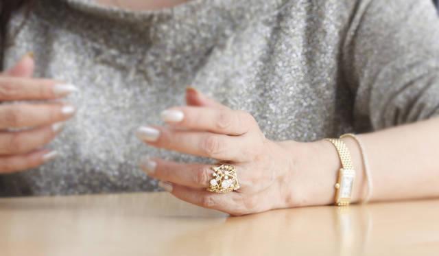 実際にフォーエバーマーク ダイヤモンドのジュエリーを身に着けてくれた押田さん。リング 210万円。
