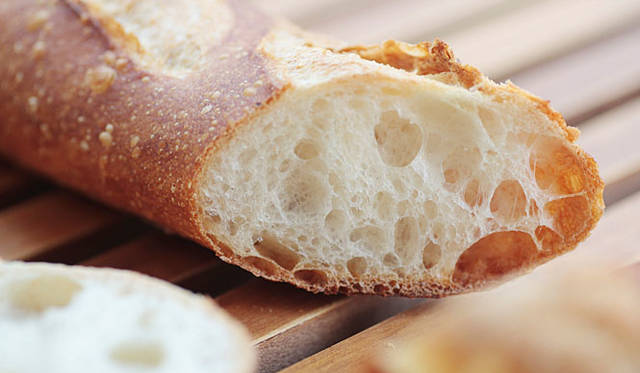 <b>マンマーノ(Main Mano)</b><br>北海道産小麦とフランス産小麦を絶妙なブレンドで使用し、18時間の低温長時間発酵をさせてから焼き上げるバゲット。小麦粉本来の味とパリパリの皮が香ばしい。(焼き上がり予定時間11時半) 320円