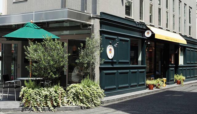 <b>マンマーノ(Main Mano)</b><br>パリ16区をイメージした店舗デザイン。焼きたてを提供したいとの思いから、併設のカフェも店舗も、朝8時から営業している
