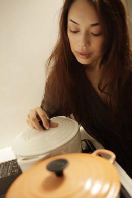 連載・田中玲(たなかれい)|其の四「茸」 「愛用しているルクルーゼのお鍋。スープも煮込み料理にも最適です」