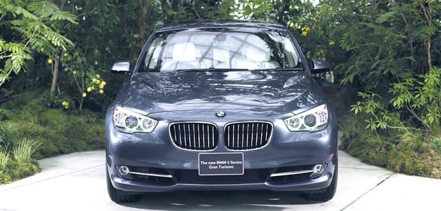 New BMW GRAN TURISMO|ニュー BMW グランツーリスモ BMWならではの精悍な表情が与えられたフロントマスク。ステアリングホイールの切れ各等に応じて照射範囲と到達距離を自動調整するアダプティブヘッドライトが備わる。