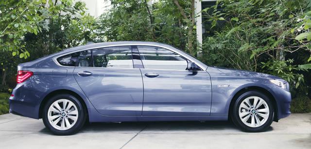 New BMW GRAN TURISMO|ニュー BMW グランツーリスモ 弧を描くような美しいルーフラインが5シリーズ・グランツーリスモのエクステリアにおける真骨頂。3070mmのホイールベースはベースとなった7シリーズとおなじ。