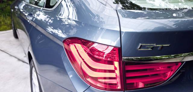 New BMW GRAN TURISMO|ニュー BMW グランツーリスモ ボディ側面を伸びやかな走るショルダーラインが、優美なエクステリアにスポーティかつシャープな雰囲気をくわえている。