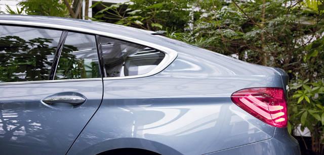 New BMW GRAN TURISMO|ニュー BMW グランツーリスモ BMWのデザインアイデンティティのひとつ「ホフマイスターキンク」(Cピラーの付け根部分を前方にキックバックさせたデザイン処理)がサイドビューを引き締める。