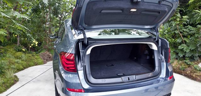 New BMW GRAN TURISMO|ニュー BMW グランツーリスモ 小さな手荷物の積み下ろしにはリアウィンドウの独立開閉式ゲートを、大きな荷物の場合は通常のリアハッチを開閉できるツイン・テール・ゲートを装備する。