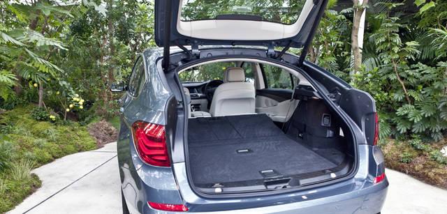 New BMW GRAN TURISMO|ニュー BMW グランツーリスモ リアシートのバックレスとおよびセパレーションパネルは40:20:40の比率で折りたたむことが可能。リアシートのバックレストをすべてたたむと、荷室は1,700lにもおよぶ。