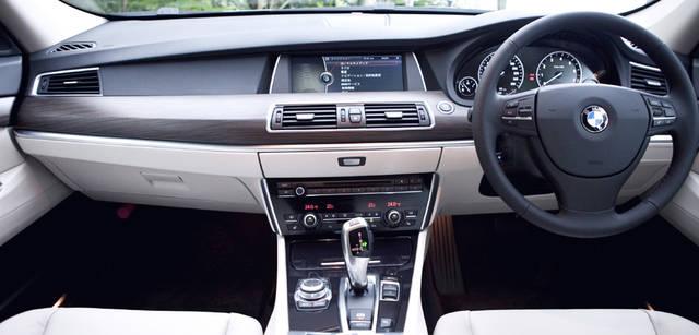 New BMW GRAN TURISMO|ニュー BMW グランツーリスモ 人間工学に基づいてデザインされたインストゥルメントパネル。センターコンソールには、エアコンやナビなどの操作を統合的におこなえるiDriveのダイアルが設置されている。