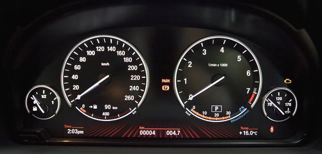 New BMW GRAN TURISMO|ニュー BMW グランツーリスモ ドライバーがブレーキを踏んだときやアクセルペダルから足を離したさいに生じる運動エネルギーを電力に変換するブレーキ・エネルギー回生システム。その充電状況がタコメーター下部に表示される。