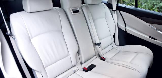 New BMW GRAN TURISMO|ニュー BMW グランツーリスモ リアシートのバックレストは33度までリクライニングができ、シート本体は前後に10cmまで移動することが可能。まさにリムジンなみの快適性を実現している。