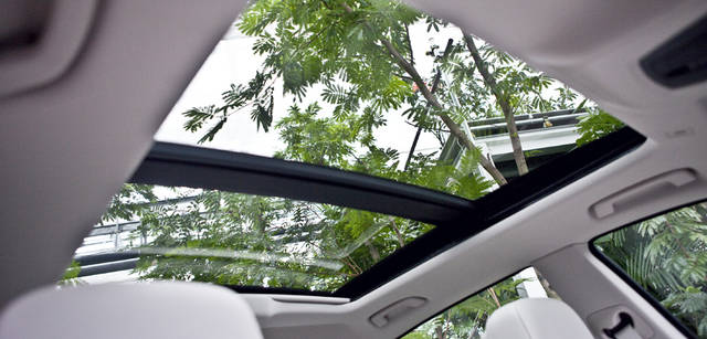 New BMW GRAN TURISMO|ニュー BMW グランツーリスモ 外観から想像するよりもはるかに広い室内空間に、さらなる開放感を与えている電動パノラマ・ガラス・サンルーフ。広大な開口部を誇る。