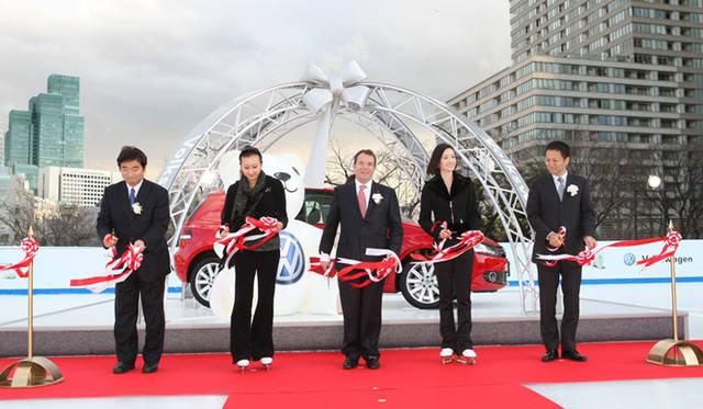 Volkswagen|フォルクスワーゲン 「フォルクスワーゲン スケートリンク in 東京ミッドタウン」オープニングセレモニー 左から2番目:フィギュアスケート選手の浅田舞さん、中:フォルクスワーゲン グループ ジャパン 代表取締役社長のゲラシモス (ジェリー) ドリザス氏、右から2番目:トリノ五輪金メダリストの荒川静香さん、