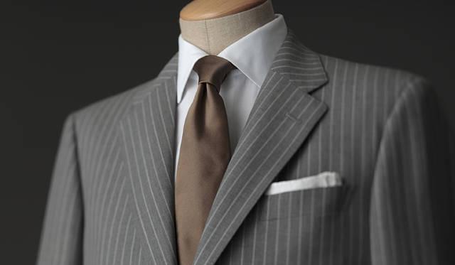 <strong>GR&Egrave;S POUR HOMME|グレ・プール・オム</strong><br />高めに設定されたゴージ(上衿とラペルの縫い目線)は、スタイル良く見せてくれる効果が。スーツ 20万8950円(グレ・プール・オム/オンワード樫山お客様相談室)