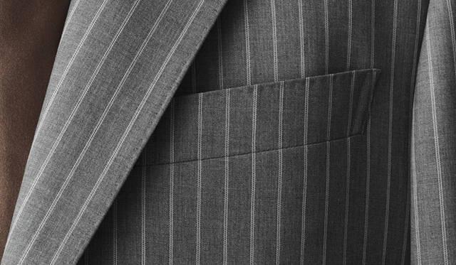 <strong>GR&Egrave;S POUR HOMME|グレ・プール・オム</strong><br />フルハンドメイドスーツのように、衿もとには手縫い風のステッチがほどこされている。Vゾーンに高級感が加わる。スーツ 20万8950円(グレ・プール・オム/オンワード樫山お客様相談室)