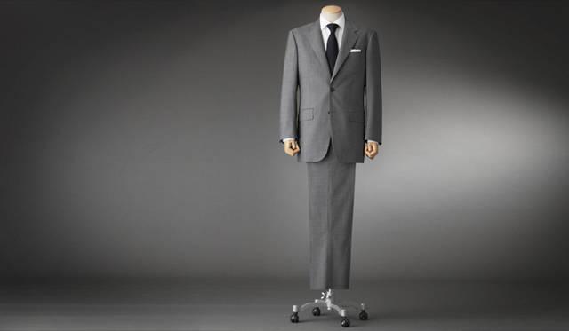 <strong>GR&Egrave;S POUR HOMME|グレ・プール・オム</strong><br />フレンチクラシックを表現する、美しいシルエット。パンツにはもっとも力のかかる股下部分をあて布で補強する「股シック」をほどこし、はき心地と耐久性とを高めている。スーツ 16万6950円(グレ・プール・オム/オンワード樫山お客様相談室)