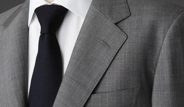<strong>GR&Egrave;S POUR HOMME|グレ・プール・オム</strong><br />ロロ・ピアーナの生地は、最高級の肌触りと品の良さを与えてくれる。パープルのピンストライプも、ここまでシックに上品に。手縫い風ステッチも粋。スーツ 16万6950円(グレ・プール・オム/オンワード樫山お客様相談室)