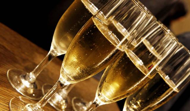 <b>BURBERRY|『バーバリー銀座マロニエ通り』</b> イベントではシャンパンなどが振る舞われ、華やかな一夜となった。