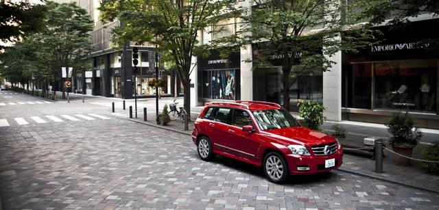 <b>Mercedes-Benz|メルセデス・ベンツ GLK</b> 旅のスタートは丸ノ内。街が活動をはじめる前に都心をぬけるため、早朝からの出発である。東京でも有数の高感度な街、丸ノ内の街角に溶け込む力強くも洗練されたスタイリングが魅力的なプレミアム・コンパクトSUV、GLK。全長4,530mmの車体は取りまわしにすぐれ、機能性も十分。