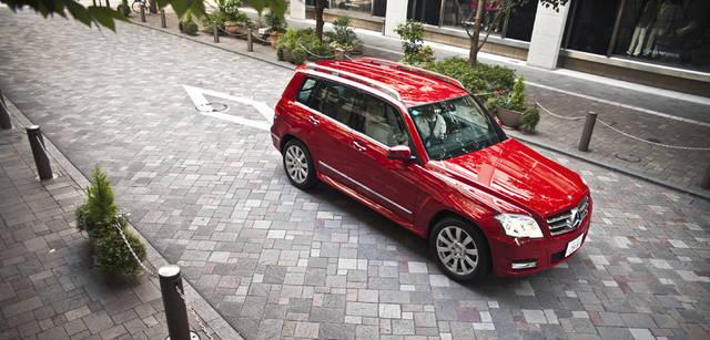 <b>Mercedes-Benz|メルセデス・ベンツ GLK</b> 街路樹の影を映しこむ、なめらかで広がりのある面と、精悍な表情を浮き立たせる直線で構成される、メルセデス伝統のSUVスタイル。着座位置がふつうのセダンより高いため、視野が広がるのも運転者には操縦しやすさにつながり、後席乗員は窮屈な思いから解放される。