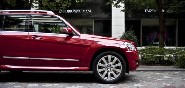 <b>Mercedes-Benz|メルセデス・ベンツ GLK</b> アウトドア派にはうれしいアルミニウム製のルーフレールが、アクティブな印象を際だたせる。純正アクセサリーのベーシックキャリアや各種ホルダーを組み合わせるとさらに用途がひろがる。タイヤサイズは235/50R19・255/45R19、空気圧警告システムも備わる。