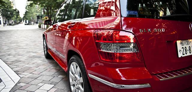 <b>Mercedes-Benz|メルセデス・ベンツ GLK</b> GLK 300 4MATICは、2,755mmと比較的長めのホイールベースをもつシャシーに、3リッターV型6気筒エンジンを搭載する。速度50km/h以上で走行中、アクセルペダルから急に足を離してブレーキを踏みこむと、ブレーキランプを自動点滅してくれるアダプティブブレーキライト機能を備える。