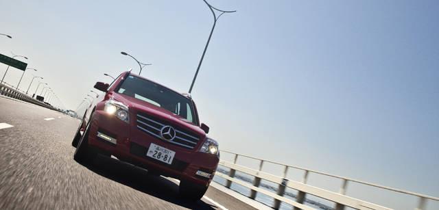 <b>Mercedes-Benz|メルセデス・ベンツ GLK</b> 余裕あるグラウンドクリアランスと、路面状況などに応じて4つの車輪の駆動力を最適に制御する4ESPの恩恵により、GLKは悪路走行に強い。しかも、同時にハイウェイ走行性能も高い。長いホイールベース、1.8トンのボディがもたらす快適な乗り心地は申し分ない。