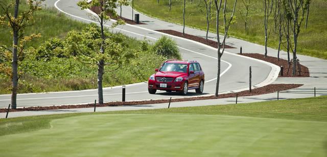 <b>Mercedes-Benz|メルセデス・ベンツ GLK</b> 『FUTTSU BRISTOL HILL』敷地内の整備されたワインディングロードを走る。左右にフェアウェイを見ながらの爽快なドライブ。コースをつなぐ道は、敷地内の街区をつなぐ生活路でもある。まだオープンから間もないため街路樹は幼いが、年を経るごとにさらに美しい景観となるだろう。