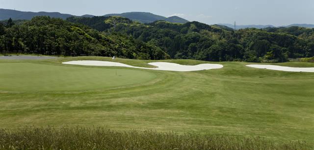 <b>Mercedes-Benz|メルセデス・ベンツ GLK</b> 『BRISTOL HILL GOLF CLUB』のゴルフコースは、6,947ヤード、18ホール・パー72のチャンピオンコース。プレーは18Hスループレー、フェアウェイへのカートの乗り入れも可能なので、海外リゾートのようなカジュアルなゴルフが楽しめる。もちろん、居住者以外もクラブゲストとしてプレーできる。
