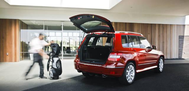 <b>Mercedes-Benz|メルセデス・ベンツ GLK</b> キャディバッグやボストンバッグなど、大きな荷物の上げ下ろしもしやすいハッチゲート。後席のバックレストは左右2:1の比率で前方に倒せるので、ラゲッジスペースを拡大することも可能。キャディバッグ 3万9900円(BARNEYS NEW YORK GOLF/バーニーズ ニューヨーク横浜店 Tel. 045-671-1200)