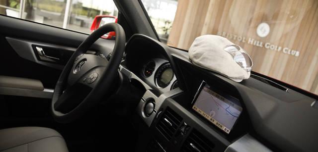 <b>Mercedes-Benz|メルセデス・ベンツ GLK</b> 随所にあしらわれたアルミニウム製パネルがスポーティさをアピールするソリッドな内装。日差しの強い時期の運転にサングラスは必須だ。ハンチング 9345円(BARNEYS NEW YORK)、サングラス3万4650円(OLIVER PEOPLES)以上、バーニーズ ニューヨーク横浜店 Tel. 045-671-1200