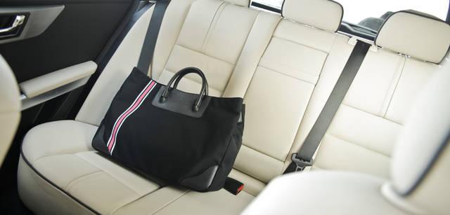 <b>Mercedes-Benz|メルセデス・ベンツ GLK</b> 適度の堅さを保持した上質な革張りのシートは長時間の着座でも疲れにくい。シートは本革以外にもファブリック、ファブリック×人工皮革が選べる。写真のサハラベージュを選べば、一層気品溢れる車内になる。トートバッグ 1万9950円(BARNEYS NEW YORK/バーニーズ ニューヨーク横浜店 Tel. 045-671-1200)