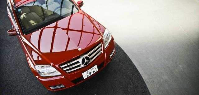 <b>Mercedes-Benz|メルセデス・ベンツ GLK</b> フロントマスクを精悍に演出するバイキセノンライトには、先進的な印象をあたえる新採用のLEDドライビングライトを搭載。強力な白色光がより遠くまでを照射してくれる。ヘッドライトに付着した汚れなどを洗浄液の高圧噴射で洗い落とすヘッドライトウォッシャーも装備されている。