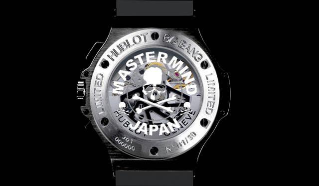 <b>HUBLOT×mastermind JAPAN|ウブロ×マスターマインド|THdoor白金台|</b> スケルトンになった裏ブタにも、マスターマインド・ジャパンのロゴが大胆にほどこされている。「ビッグ・バン マスターマインド・ジャパン」 189万円 (THdoor<ティーエイチ・ドア>白金台)
